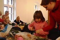 V klubovně na faře v Horní Stropnici si mohli lidé v sobotu vyrobit adventní věnec