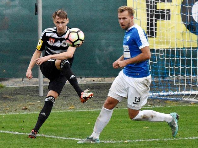 V jarním derby hrálo Dynamo s Táborskem na Střeleckém ostrově 1:1 (na snímku Pavel Novák odkopává před hostujícím Zbyňkem Musiolem), jak to dopadne v neděli v Táboře?