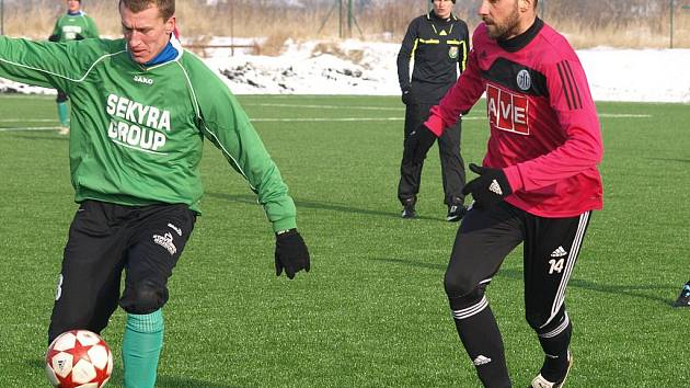 Po středenčím tréninkovém utkání s Č. Krumlovem (na snímku z tohoto utkání vpravo Roman Lengyel) se fotbalisté Dynama v pondělí střetnou v předjarní generálce s Jihlavou.