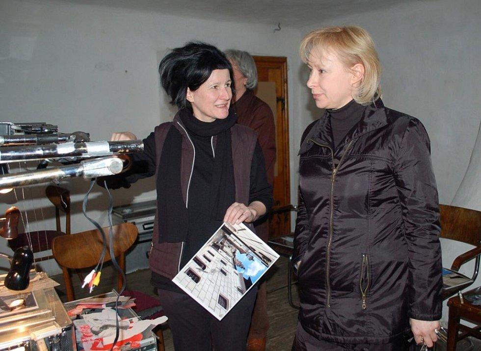 Rakušanka Bernadette Huber (vlevo, vedle Hana Jirmusová) vyrábí v krumlovském Egon Schiele Art Centru film o Schielem. Zásadně jí pomohl vynález Romana Týce ze Ztohoven. Film bude na výstavě ke 120 letům od narození Schieleho, jež začne 16. dubna.