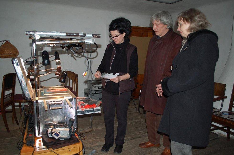 Rakouská výtvarnice Bernadette Huber (vlevo) vyrábí v krumlovském Egon Schiele Art Centru film o Schielem. Zásadně jí pomohl vynález Romana Týce ze Ztohoven. Film bude součástí výstavy ke 120. výročí narození Schieleho, jež začne 16. dubna.