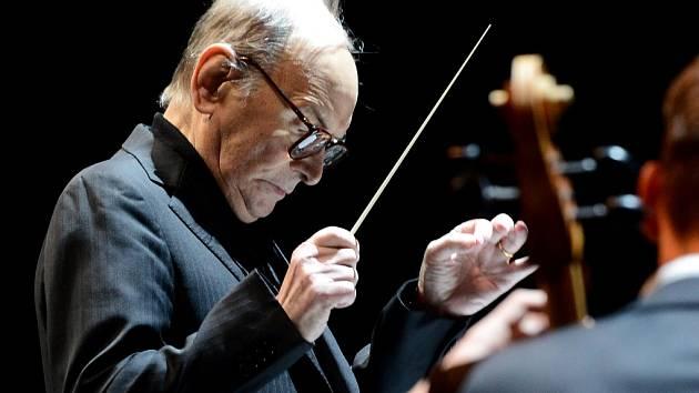 Skladatel Ennio Morricone při nedělním koncertě v pražské O2 aréně.