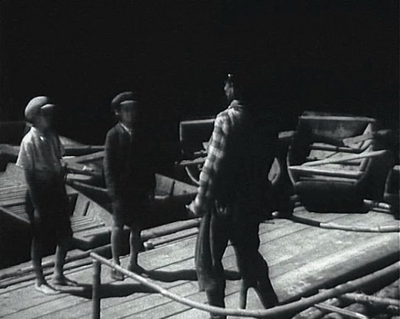František Suchan (na snímku prostřed) si spolu skamarádem Sirovátkou jdou ve filmu vypůjčit loďku. Za chvíli jim převozník sebere čepice.