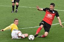 Patrik Čavoš v souboji s Petrem Javorkem: Dynamo ČB - Táborsko v druholigovém derby 1:1.