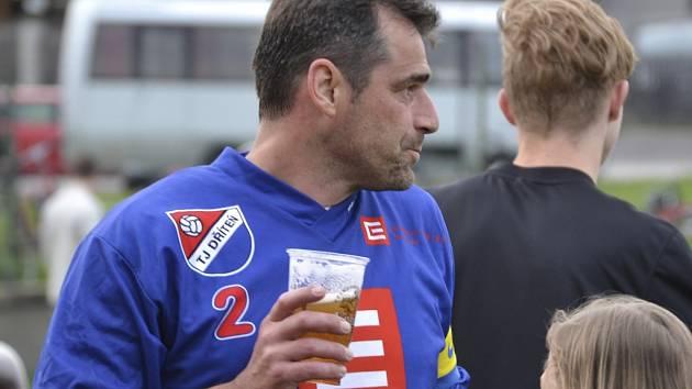 Radost zkušeného střelce. Kapitán Dřítně Jaroslav Klimeš (v modrém dresu) zaznamenal v Křemži hattrick.