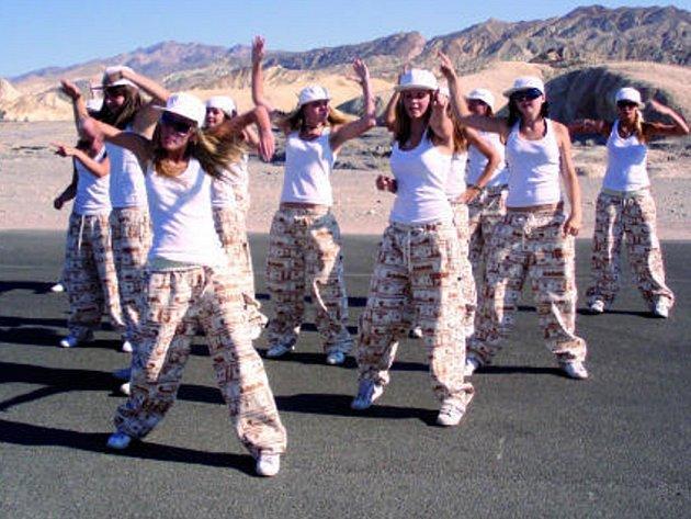 Na některých místech amerického kontinetu si děvčata  svoji sestavu také zatančila. Jedním z nich bylo známé Death Valley ( na snímku) – druhé nejteplejší místo na naší planetě.