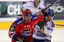 Tomáš Vak ve středečním čtvrtfinále play off extraligy hokeje uniká kladenskému Tročínskému.