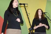 Vokální skupina X-tet z Jindřichova Hradce natočila své první album s názvem Jen pár dní. Na snímku z letošní krajské Porty v Soběslavi zpěvačky Magdalena Štruplová Bartošková a Vendula Nováková.