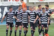 Fotbalisté Dynama o víkendu hrají v televizním utkání v Olomouci. Na snímku se před týdnem radují z vedoucího gólu proti Ústí.