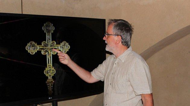 Na videu ve věži ukazují králův kříž