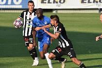 Fotbalisté Dynama v nedělním utkání I. ligy hráli v Liberci, jemuž doma na podzim podlehli 0:2 (na snímku Patrik Brandner atakuje Kameo Maru, vlevo Filip Havelka).