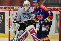 V posledním domácím přípravném duelu vyhráli hokejisté Madeta Motoru nad Lincem 4:3. Na snímku je útočník Václav Karabáček před hostujícím gólmanem Kickertem.