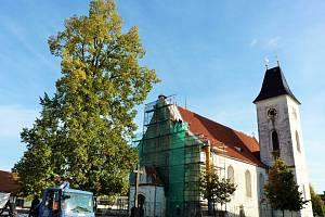 Oprava střechy kostela v Dubném.