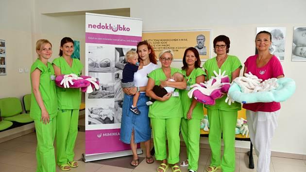 Spolek Nedoklubko předal Nemocnici České Budějovice zdravotnické pomůcky pro nedonošená miminka.