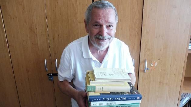 Karel Hons přinesl do Kabelkového veletrhu Deníku knihy po dětech.