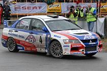 Loni vyhrál Rallye Č. Krumlov Roman Kresta s vozem Mitshubishi Lancer (na snímku z divácké supererzety na Výstavišti) a letos by měl svůj triumf obhajovat.