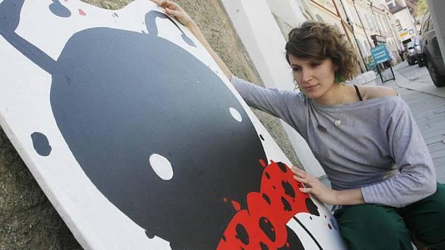 V Třeboni začal ve středu Anifilm, mezinárodní festival animovaných filmů. Potrvá do neděle a nabídne řadu projekcí včetně hitů. Na snímku dává Lucie Šindelářová jednoho z maskotů zvaných potvůrky, Ferdu Mravence, na zeď před kinem Světozor.