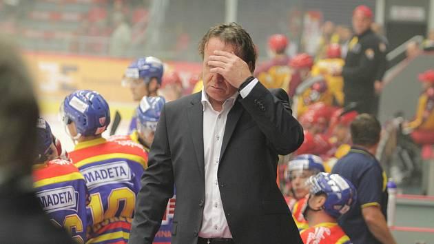 SMUTEK. Kouč Motoru Petr Rosol byl po prohře svého týmu na ledě Havlíčkova Brodu hodně smutný.
