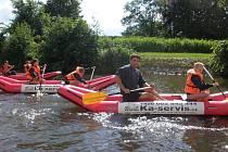 Dobrovolníci pomáhají dětem při letních akcích.