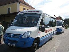 Jeden z nízkopodlažních autobusů, které jezdí v Týně nad Vltavou.