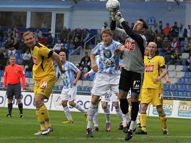 Brankář Dynama Pavel Kučera ve středeční lize v Mladé Boleslavi zasahuje u své brány.
