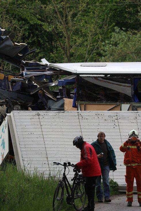 Vlak, v němž cestovaly děti na školní výlet, se ve čtvrtek ráno střetl u Hluboké s autobusem.