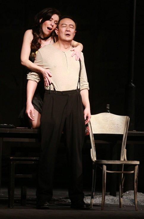 Popáté ve své historii nastudovala opera Jihočeského divadla Bizetovu Carmen. Poprvé zazní libreto ve francouzském originále. Na snímku jako Carmen Šárka Hrbáčková a WeiLong Tao jako Don José.