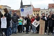 Českobudějovičtí středoškoláci se připojili k celosvětovému studentskému demonstrování za to, aby se politici více starali o zdraví naší planety.