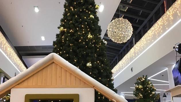 Tradičně o mnoho týdnů dříve, než začne adventní období, ohlašují blížící se vánoční svátky obchodníci v krajském městě.