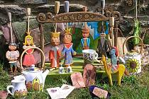 O loutkové divadlo z lipového dřeva se lidé poperou při internetové aukci.
