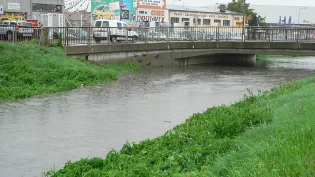 Potůček, který je v létě téměř vyschlý, se za větších dešťů pravidelně mění v malou řeku.