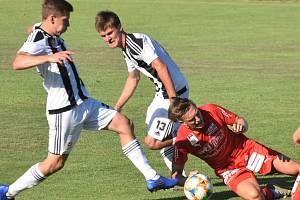 Fotbalisté Dynama hráli na Složišti s Amsttenem 2:2 (Daniel Mareček a Martin Šplíchal v souboji s Philippem Thalerem), a byť šlo o přípravu, bojovalo se urputně.