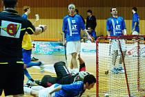 Pelhřimovský Bína vyrovnal na 8:8 (vzadu smutní v modrých dresech Štíři Tomšíček a Dědič) a poslal oba týmy do prodloužení. V něm hosté opět Bínou zápas I. ligy rozhodli.