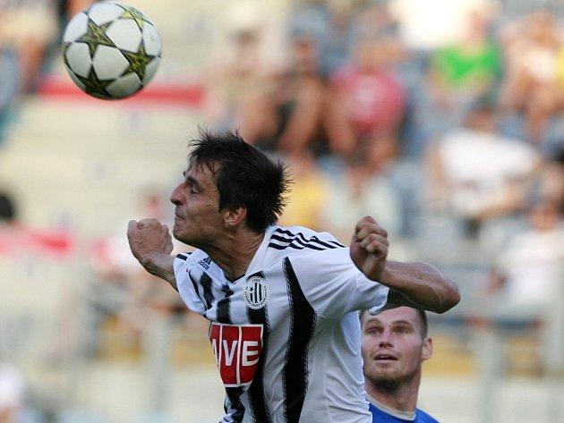 Jaroslav Machovec neměl v Hradci den a ještě v první půli za něj do středu obrany přišel Pavel Novák.