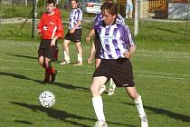 Petr Heděnec (u míče) ze Slavoje Temelín dostal od discplinárky jen podmínku, a tak zítra na Srubci může ve IV. třídě hrát.