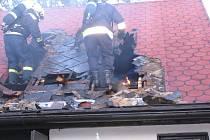 V pátek po dvacáté hodině zahořela střecha rodinného domu v Ostrovci. Příčinou bylo zanedbání bezpečnostních předpisů při práci s propan–butanovým hořákem při nahřívání a pokládání střešní krytiny.