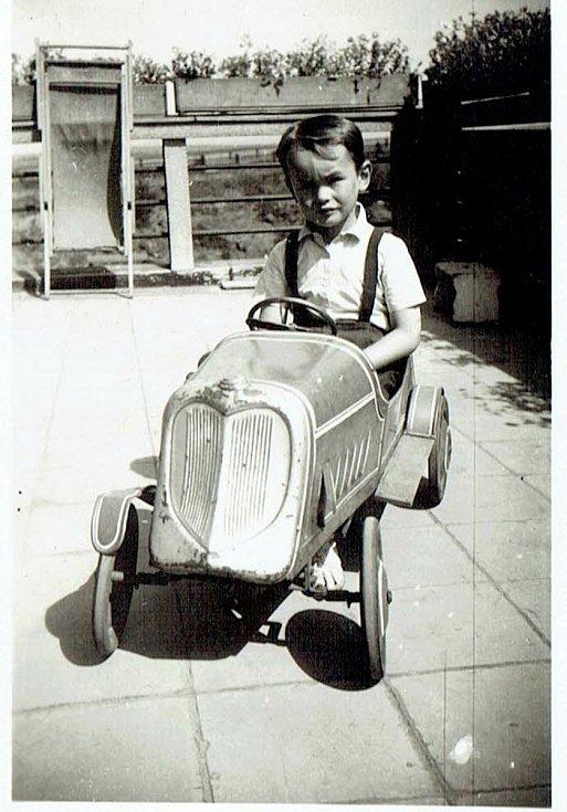 V milovaném šlapacím autě, které jsem zdědil po jiném dítěti.