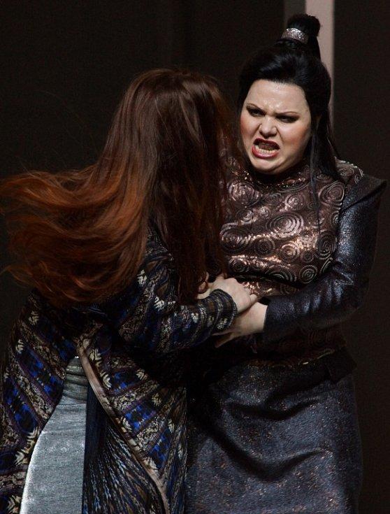 Hudební divadlo v rakouském Linci nastudovalo Wagnerovy Nibelungy. Téměř pětihodinový Soumrak bohů proměnilo v napínavý a dynamický útvar. Na snímku zleva Elena Nebera a Bernadett Fodor.