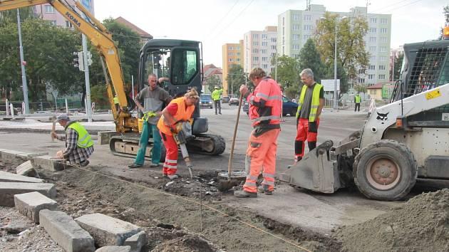 Oprava Mánesovy ulice přináší řadu dopravních omezení.
