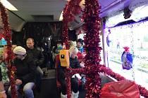 Mikulášskou jízdu musely letos České Budějovice oželet. Projet se však můžete vánočním autobusem.