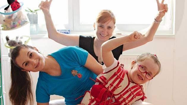 Sedmiletá Karolína bojuje s mozkovou obrnou pomocí nejrůznějších cvičení a rehabilitací.