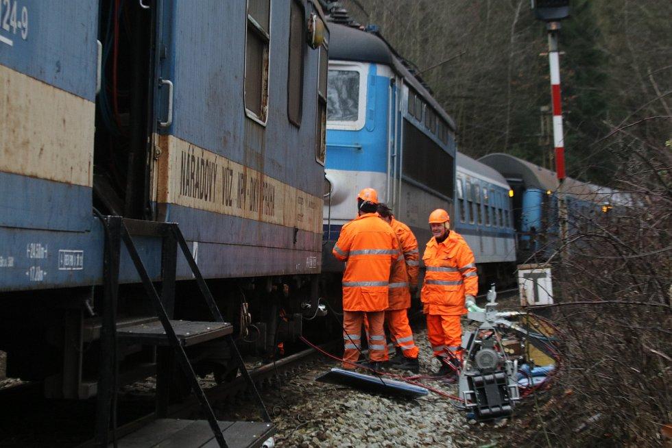V sobotu 19. prosince v 18.25 hodin vykolejila v Hluboké nad Vltavou – Zámostí na výhybce č. 11 lokomotiva a čtyři vagony rychlíku jedoucího z Plzně do Jihlavy.