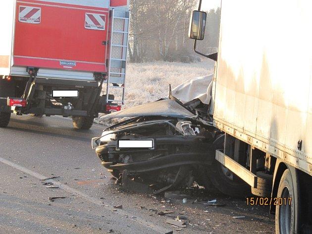 Smrtelná nehoda ukončila krátce po 7.h život řidiče osobního vozu, který se čelně střetl snákladním vozem.