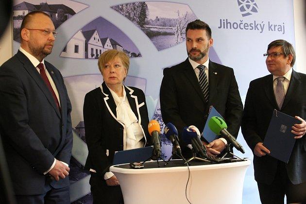 Podpis společného prohlášení o budoucí spolupráci na krajském úřadě.