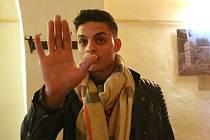 Přispějete? Tento mladík požaduje peníze na centrum pro neslyšící. Nic mu nedávejte, jedná se o podvodníka.
