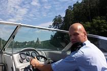 Policista Tomáš Souhrada na člunu pod Zvíkovem.