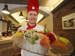 Kuchař Marek Janeba se specializuje na japonskou kuchyni. Často naráží na rozšířený omyl, že základem sushi je syrová ryba. Slovo přitom v doslovném překladu znamená okyselená rýže.