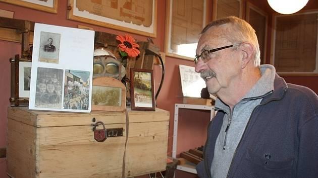 Rudolf Ortman ukazuje malé rodinné muzeum, v němž nechybí dědečkův válečný kufr.