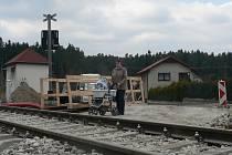Jen po lávce se od 2. dubna mohlo přes železniční přejezd v lokalitě Vrábče Zastávka (na snímku). Dnes navečer by měl být přejezd uveden do opětovného provozu pro silniční dopravu. Výluka na zmíněné železniční trati potrvá do 29. června 2015.