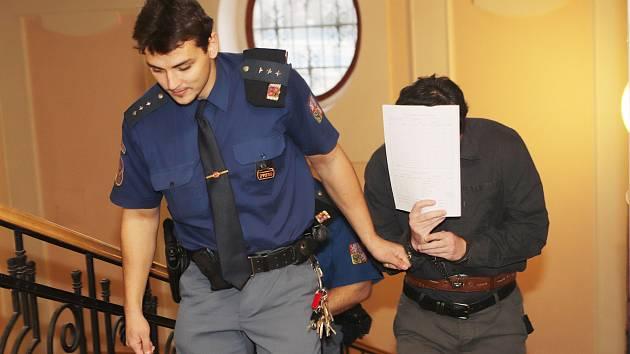 Krajský soud začal projednávat případ vraždy, která se stala letos v dubnu v Mlynařovicích na Šumavě. Obžalován je jednačtyřicetiletý Tomáš Burian.